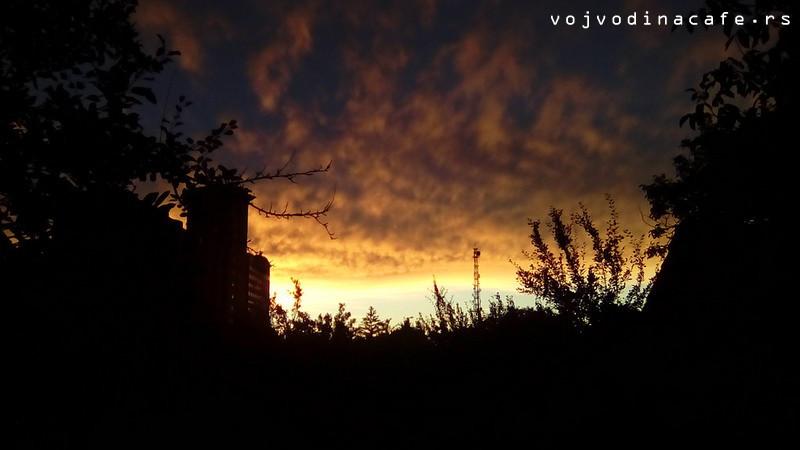 Dramatični zalazak sunca u Kuli, pogled ka silosu